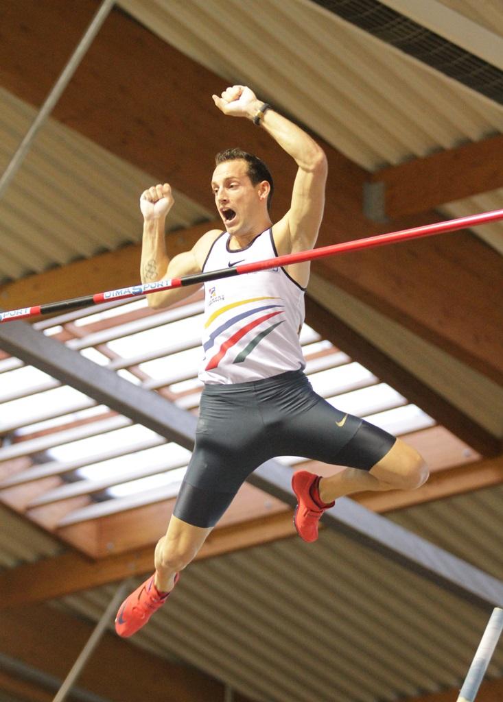Renaud Lavillenie offre un 6,01 m à son public et à sa ville