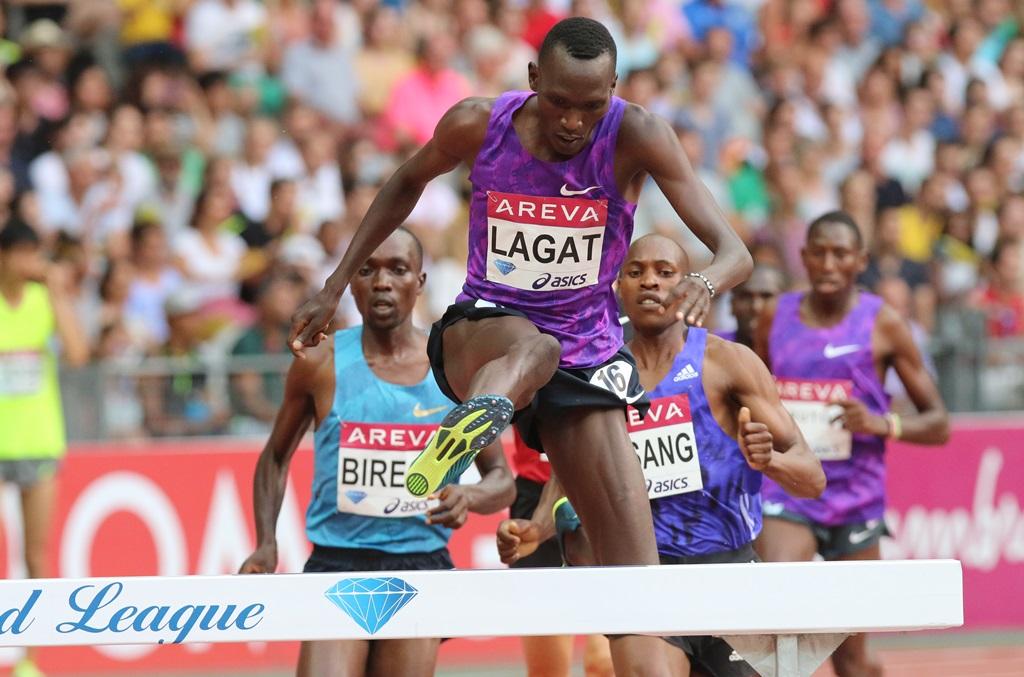 Le Kenyan Lagar lance la course, Birech dans son dos
