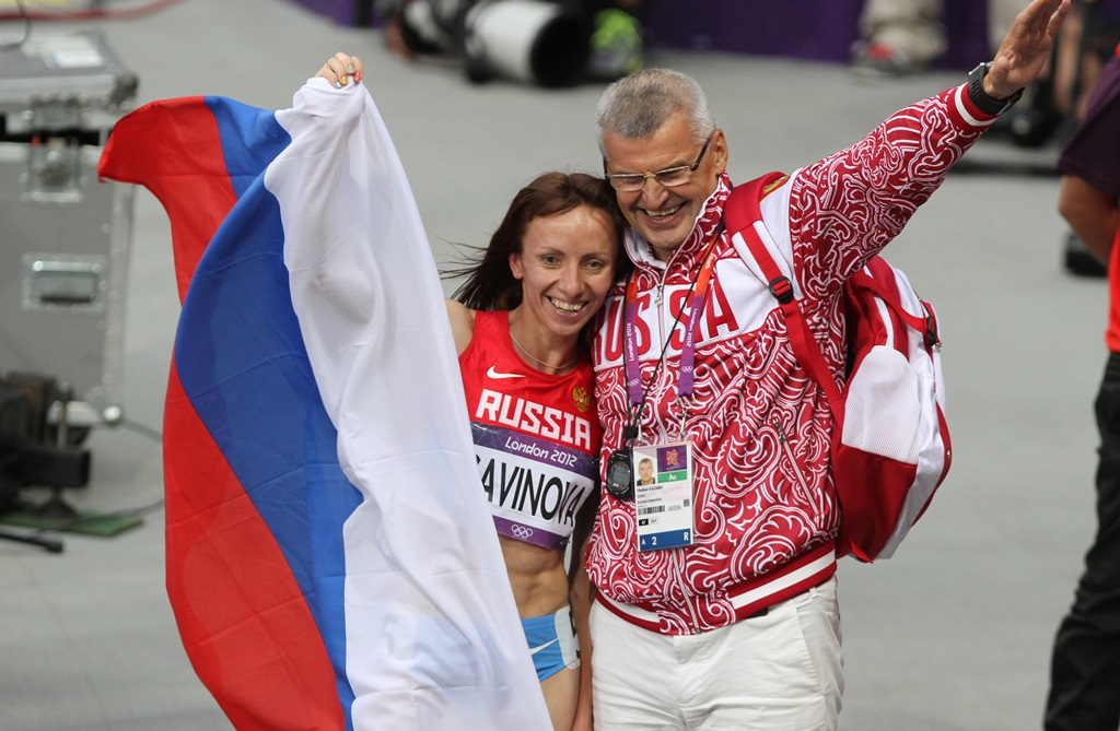 Mariya Savinova et Vladimir Kazarin, son entraîneur, après sa médaille d'or des JO de Londres. Tous les deux sont menacés de sanctions à vie