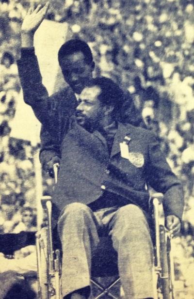 Abebe Bikila aux JO de Munich, paralysé après son accident de voiture. Il décèdera un an plus tard.