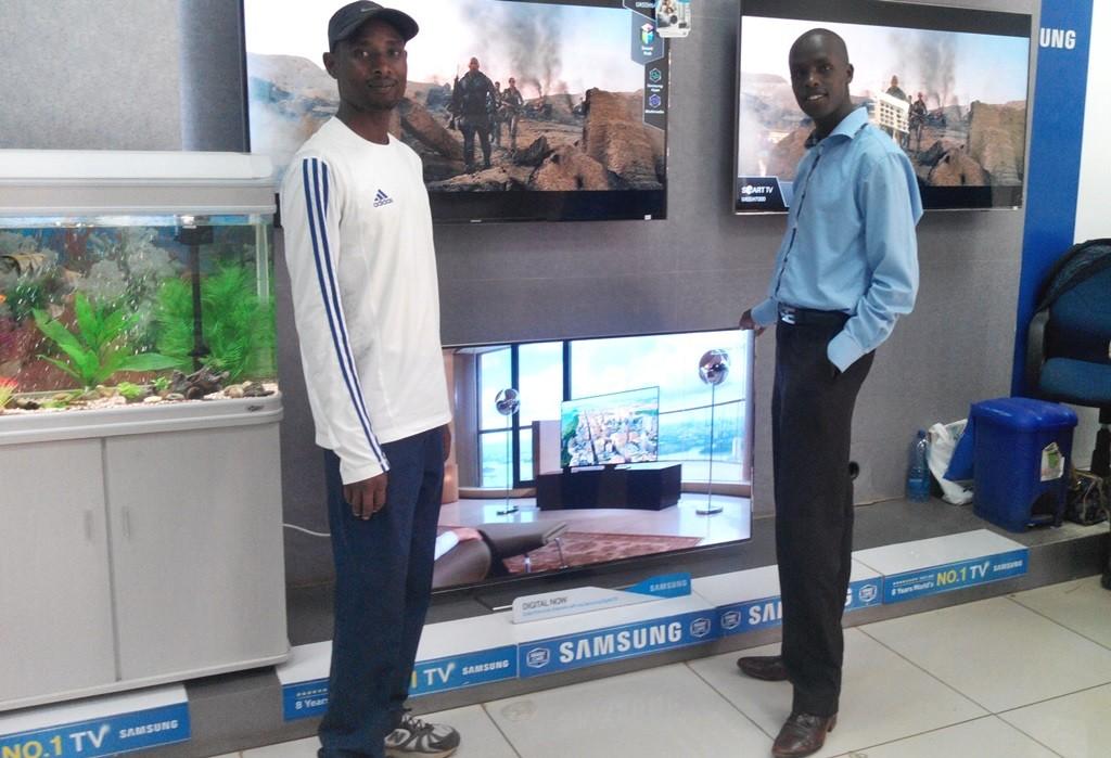 Abraham Kiprotich (à dr.) au magasin Samsung de Kapsabet