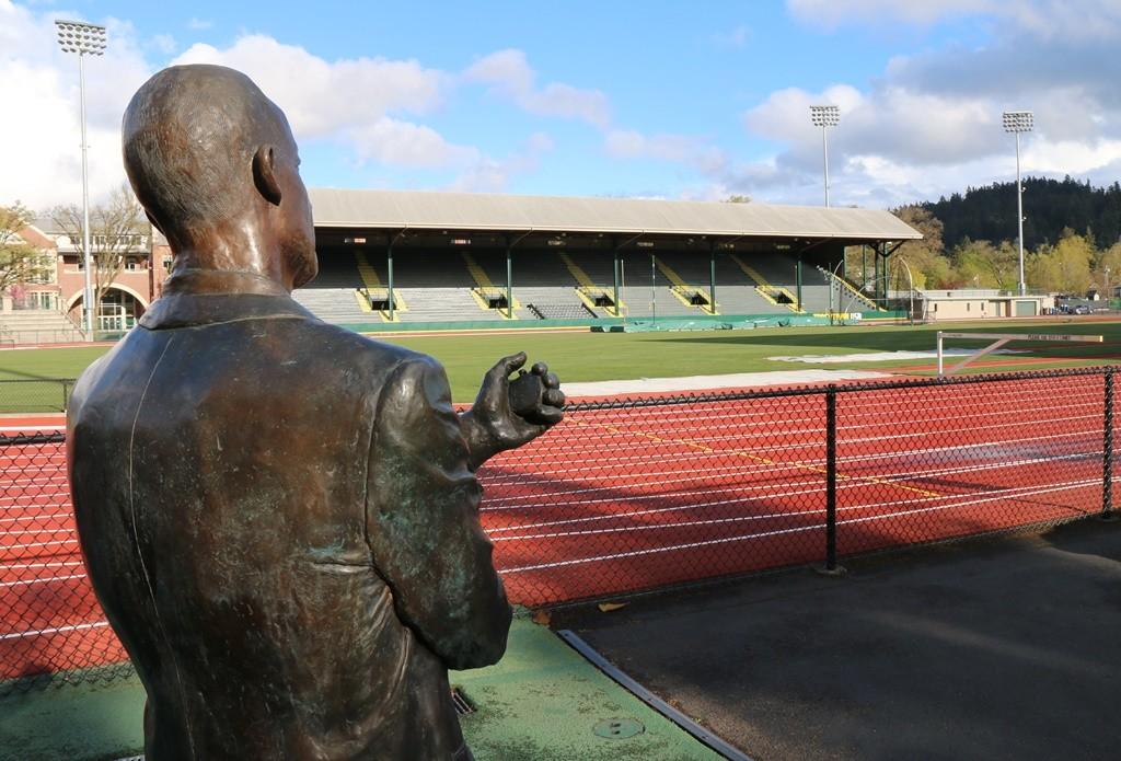 La statue de Bill Bowerman gardien du stade de Eugene