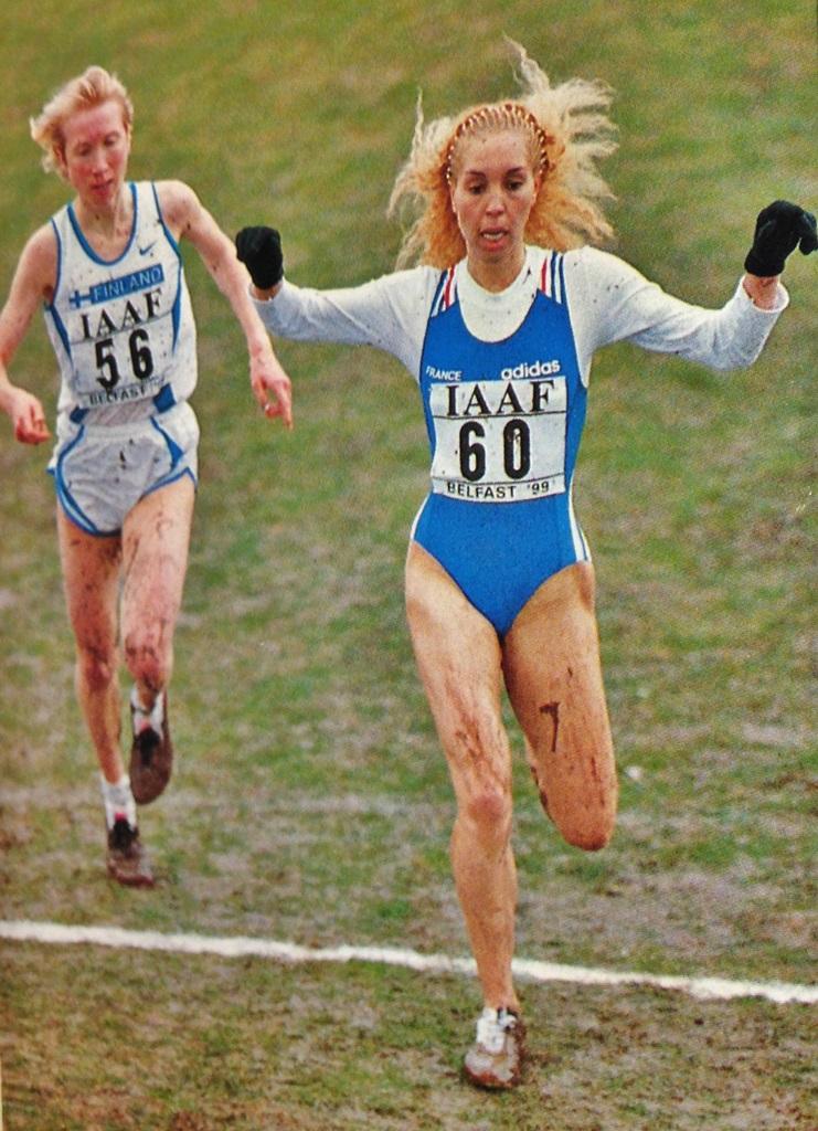 Yamna Oubouhou en 2001 lorsqu'elle remporte le titre de championne d'Europe de cross devant Annemari Sandell