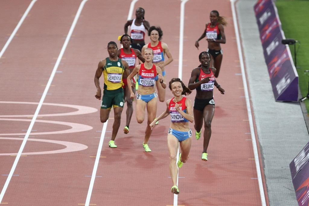 Mariya Savinova tout sourire dans les derniers mètres du 800 m de Londres, avec à l'arrière Ekaterina Poistogova, qui terminera 3ème