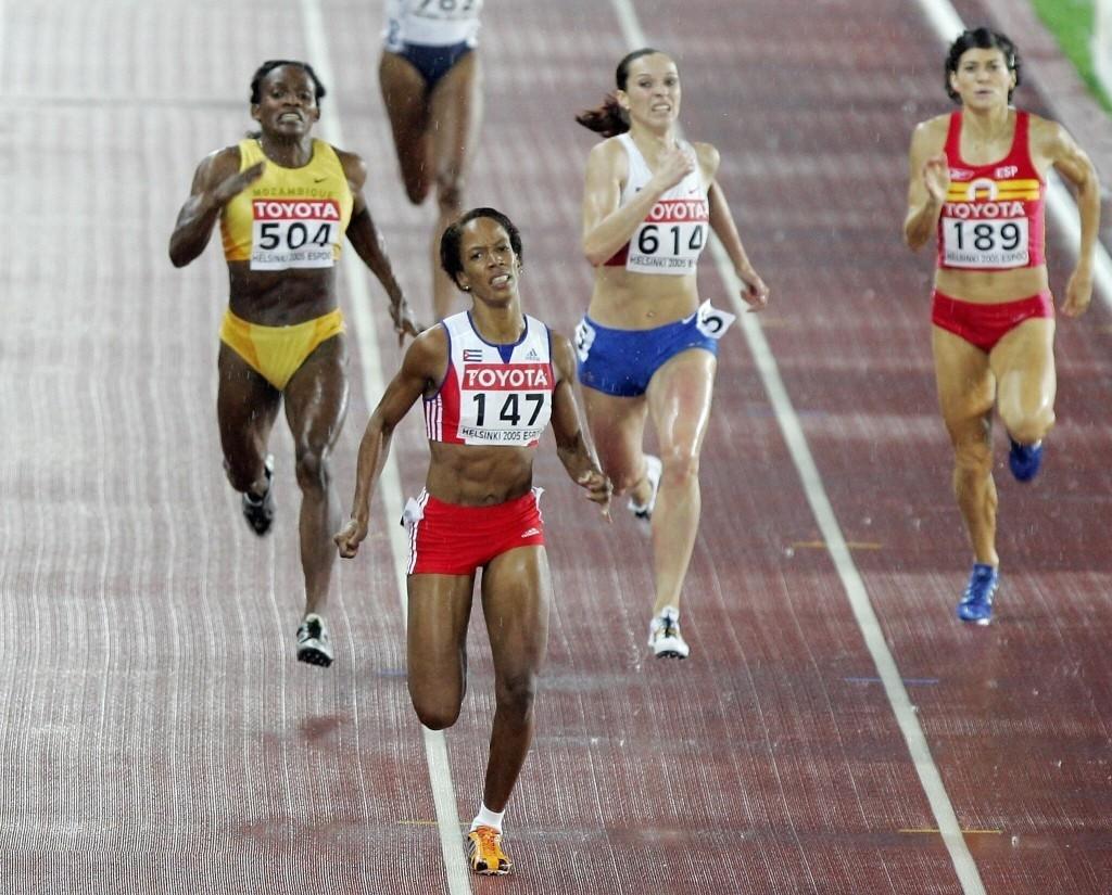 Derrière la Cubaine Zulia Calatayud la Russe Tatyana Andrianova décroche le bronze. Après sa sanction pour dopage, la médaille reviendra à Maria Mutola