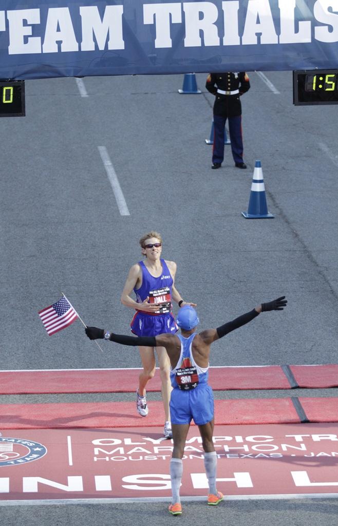 A l'arrivée du marathon de Houston, Ryan Hall second, attendu par Meb Keflezighi le vainqueur des Trials