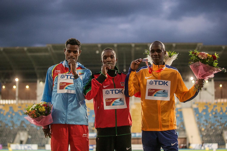L'Ougandais Jacob Kiplimo, 15 ans, et en bronze au Mondial juniors (à droite)