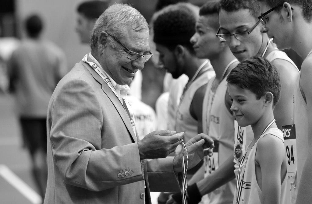 Jean Jacques Godard remet les médailles aux jeunes qui ont participé aux relais franciliens