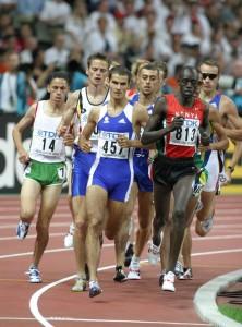 Fouad Chouki lors du Mondial 2003 (au centre à droite de Mehdi Baala)