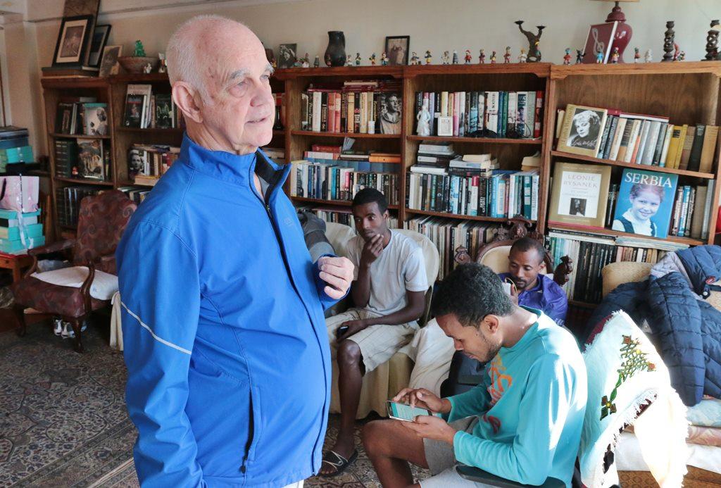 Des milliers de disques classiques, des étagères pleines de livres et de bibelots voici l'auberge espagnole de Ron Staab