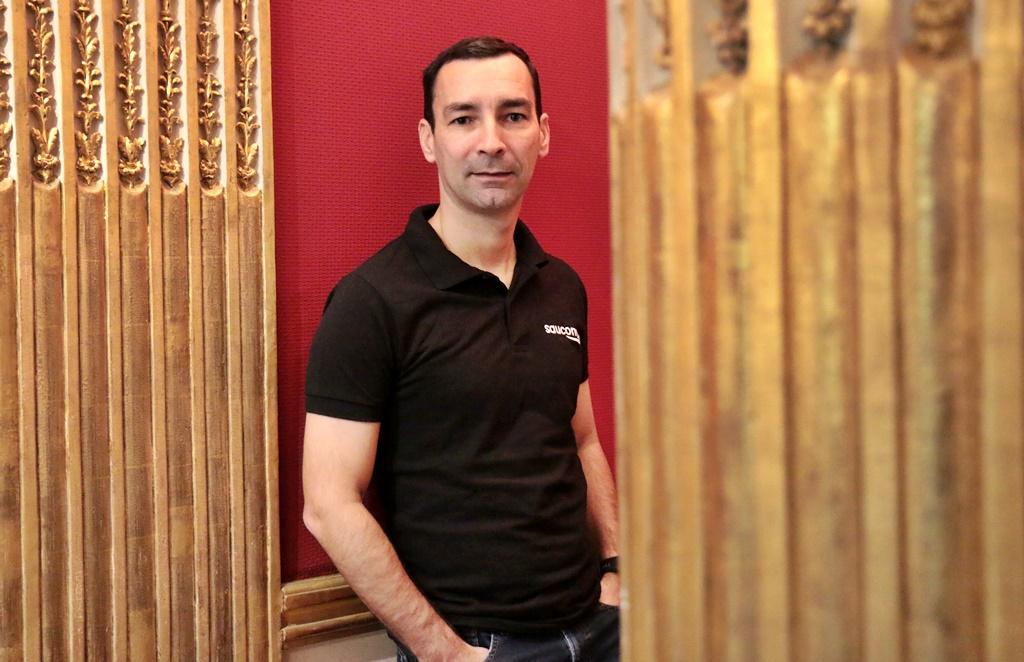 Cédric Thomas dans son bureau comme responsable Saucony France