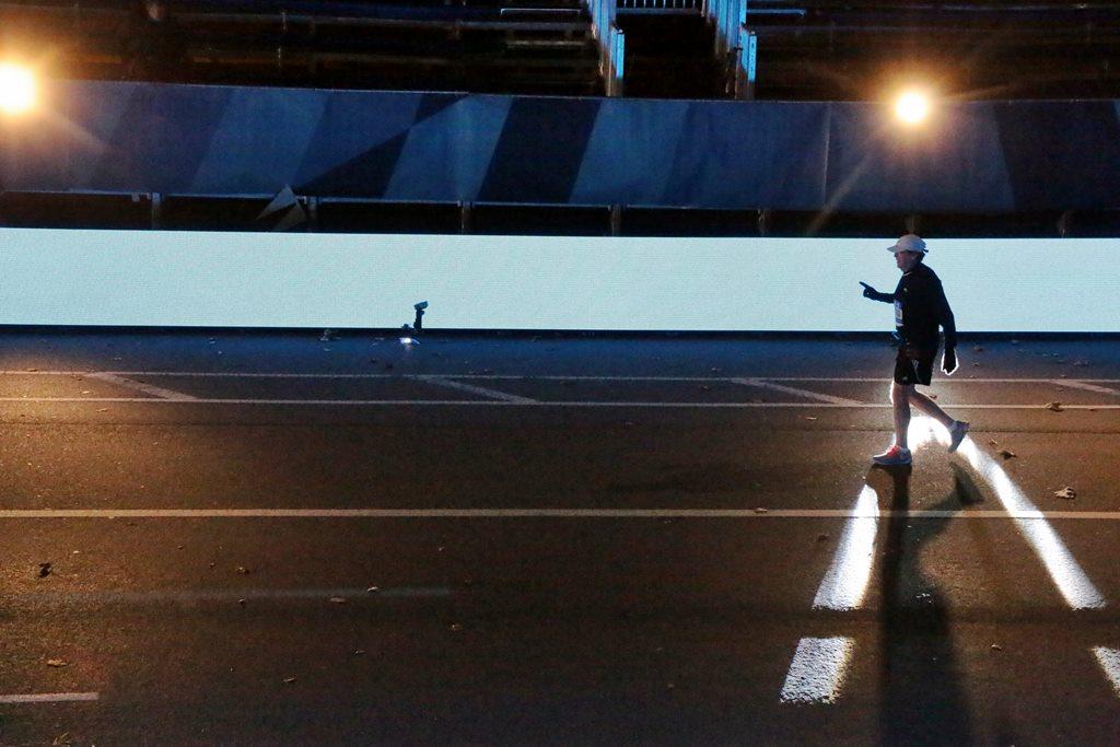 Dans la nuit, les derniers coureurs en finissent noyés dans leur solitude