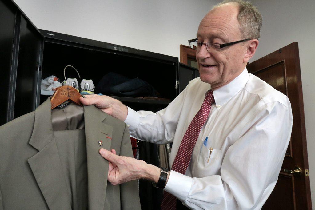 Marcel Philippe porte à la boutonnière l'insigne de la Ligue de Bretagne dAthlé
